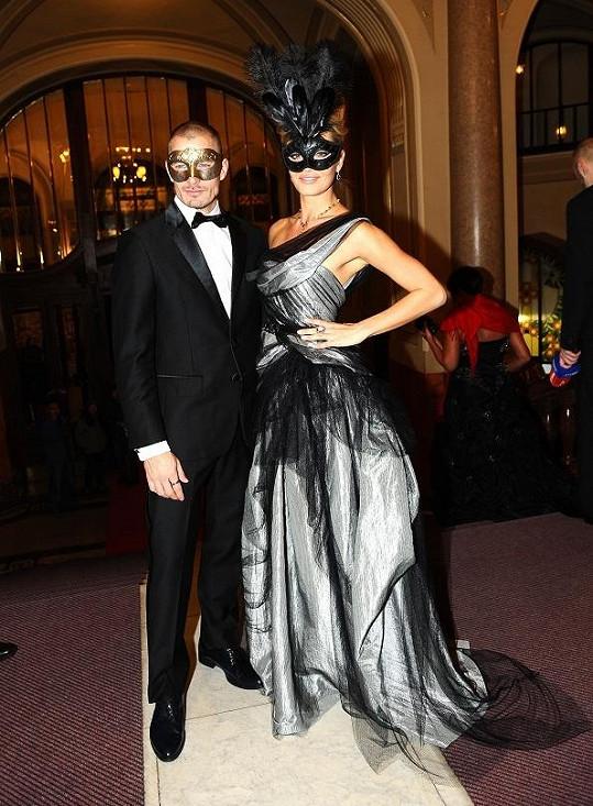 Táňa Kuchařová s přítelem Lanem na pražském plese Masquerade.