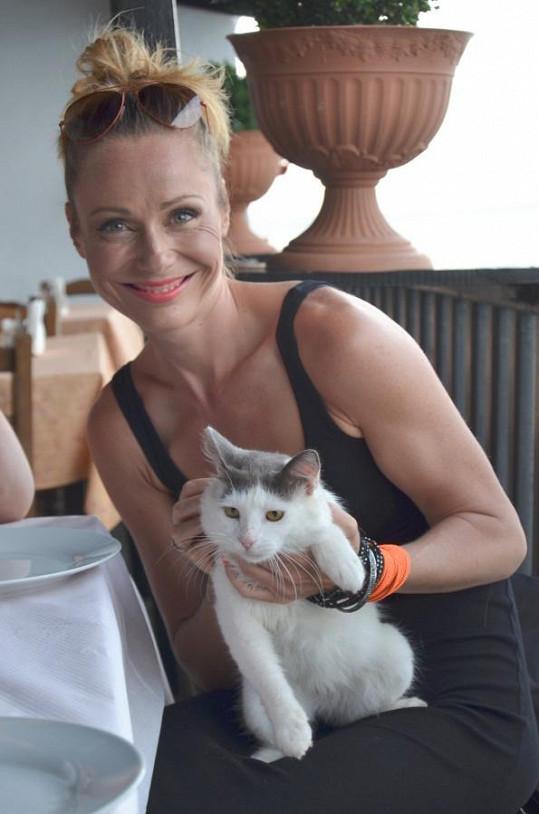 Doma má psa, ale v Řecku se mazlila s koťátkem.