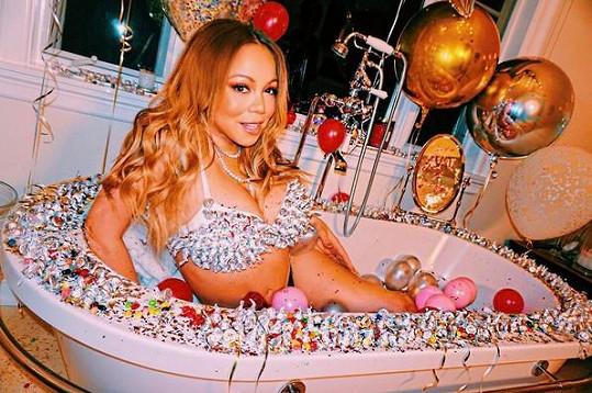 Mariah Carey a její druhá letošní verze valentýnské koupele...