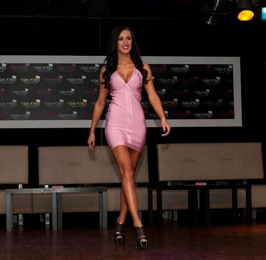 Táně růžové šaty sekly.