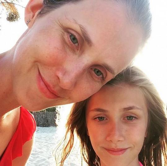 Jana Bernášková s dcerou Justýnou. Podoba je opravdu neuvěřitelná.