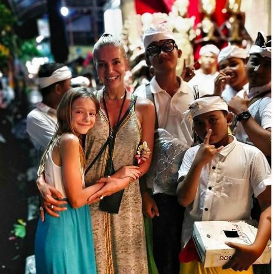 Na Bali odcestovala s dcerou Laurou.