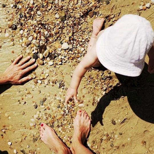 Jedenáctiměsíční Tobík si moře zamiloval.