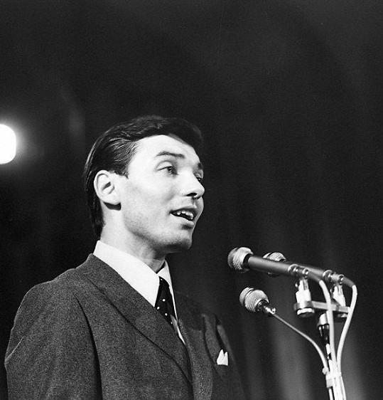 Karel Gott na Bratislavské lyře v roce 1966. Vyhrál s písní Mám rozprávkový dom a ještě pronikl na německý trh.