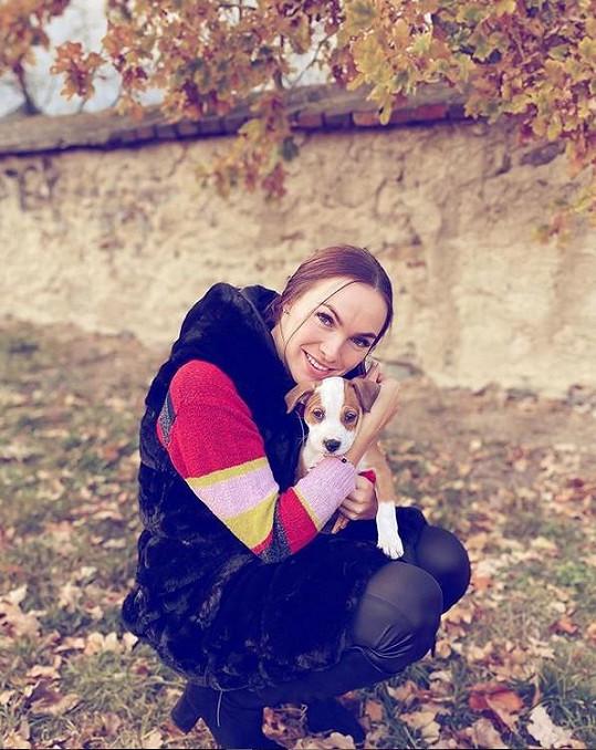 Kamila nejdřív psa nechtěla, teď je z Emmy nadšená.