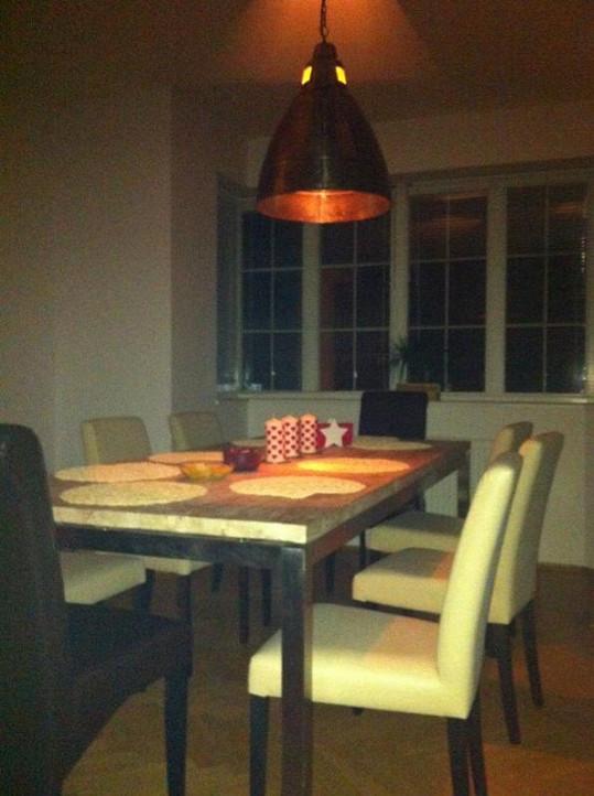 Stůl v jídelně.