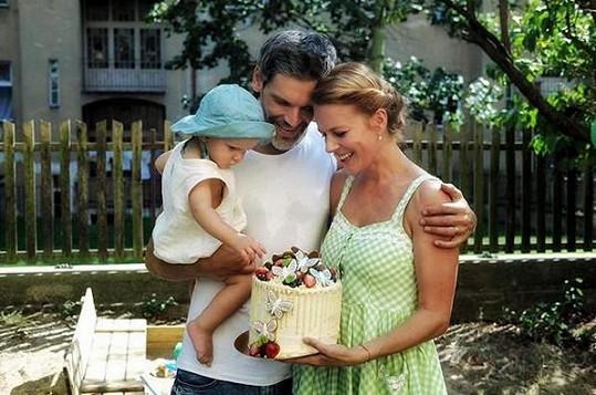 Principy udržitelnosti praktikuje i v péči o ročního syna Tobiáše.
