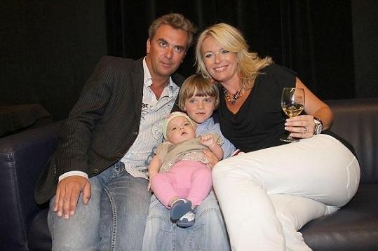 Tomáš a Lucie s nejmladšími dětmi.