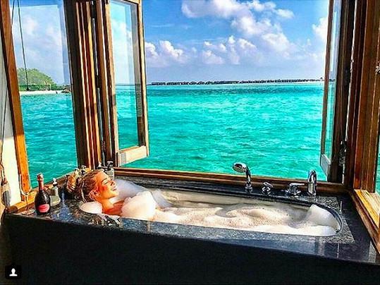 Na maledivském ostrově Gili Lankanfushi si to skvěle užila.