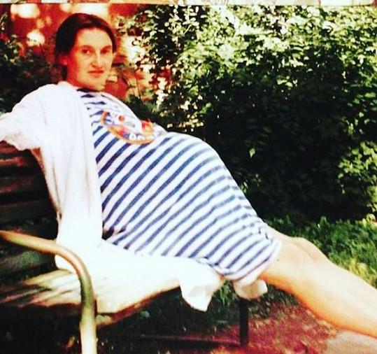 Eva Holubová s těhotenským bříškem. Před 25 lety čekala dvojčata.
