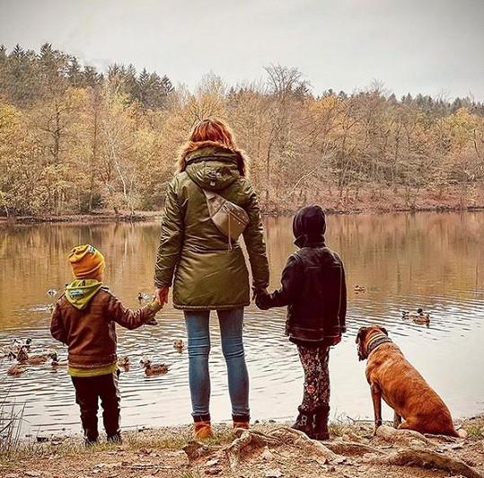 Radka se snaží mezi tréninky relaxovat s rodinou v přírodě.