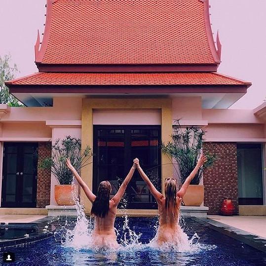 Slavné modelky byly zjevně velmi rády, že se znovu vidí. Takhle spolu dováděly v bazénu.