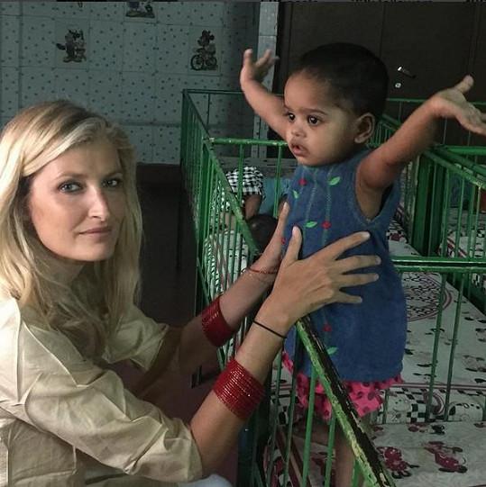 Tereza navštívila také opuštěné děti.