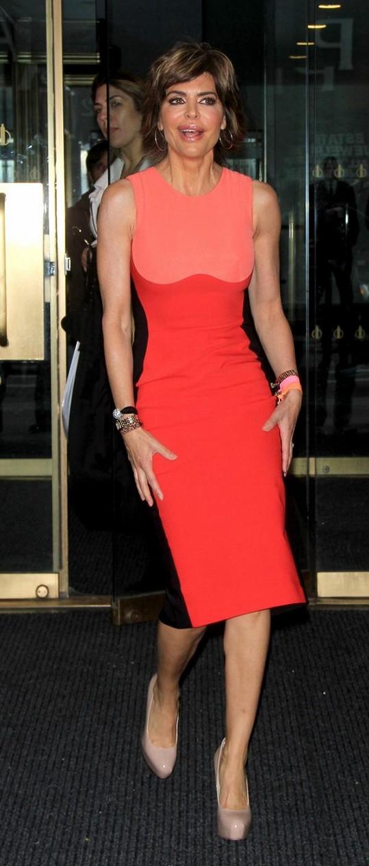 Devětačtyřicetiletá herečka je velmi štíhlá už sama o sobě, s těmito šaty ale ještě víc.