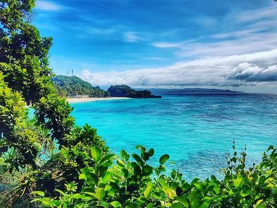 Pár si užívá pláže na Boracay.