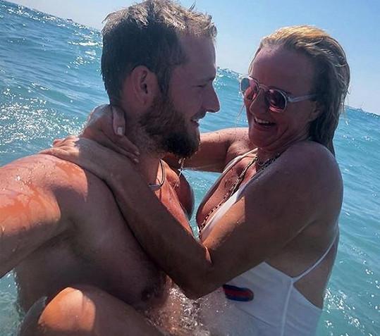 S manželem Josefem relaxuje na ostrově Santorini.
