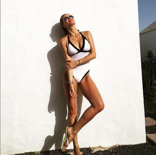 Na sociální síti popsala Simona fotku tak, že se nechává líbat sluncem.