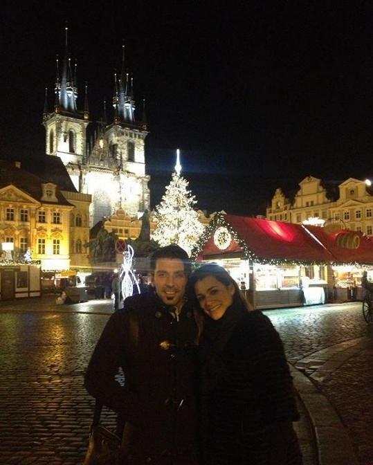 Alena Šeredová si s manželem Gianluigi Buffonem užívala vánoční svátky na Staroměstském náměstí v Praze.