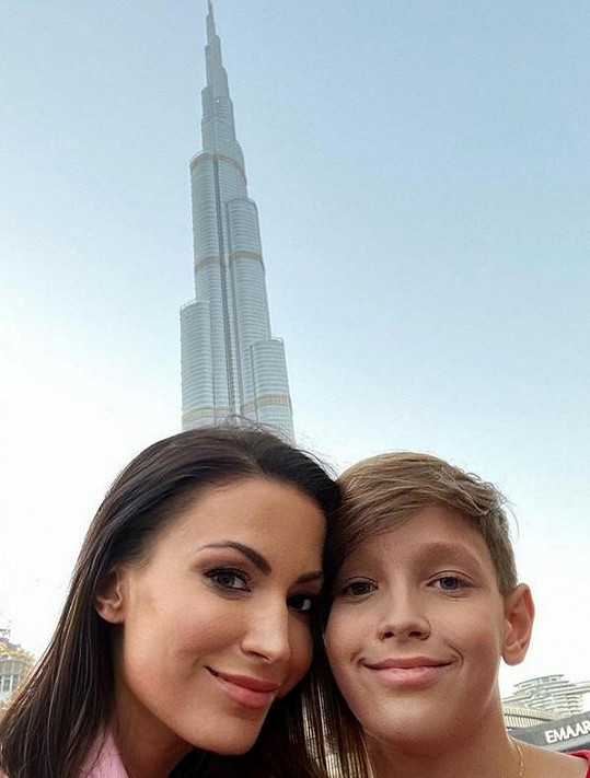 Se synem se během dovolené vyfotili u nejvyšší budovy světa, jíž je ikonická Burdž Chalífa.