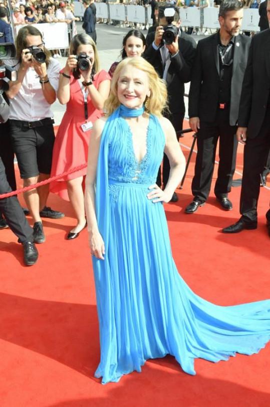 Hollywoodská herečka dorazila na červený koberec v tyrkysových šatech.