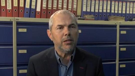 Marek Eben při pohovoru s úřednicí.