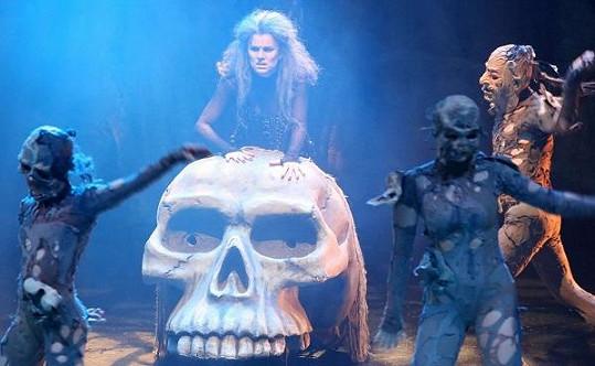 Čarodějnická píseň má i náležité rekvizity, jako je maxi lebka.