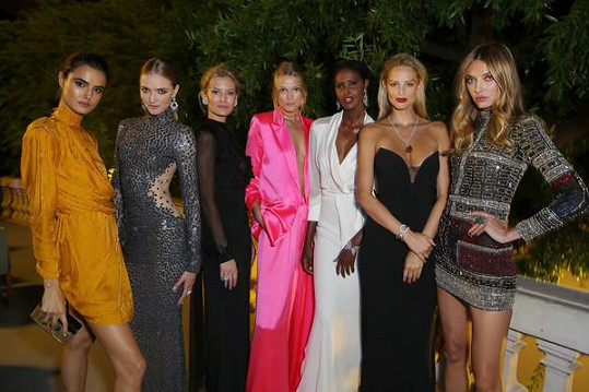 Míše dělaly společnost kolegyně včetně kamarádky, ukrajinské modelky Aliny Baikové (vpravo).