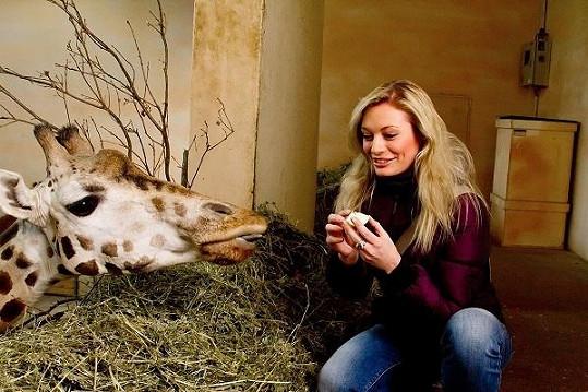 Lucie krmila žirafu.