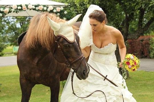 Zuzana Mauréry pózuje s koněm.