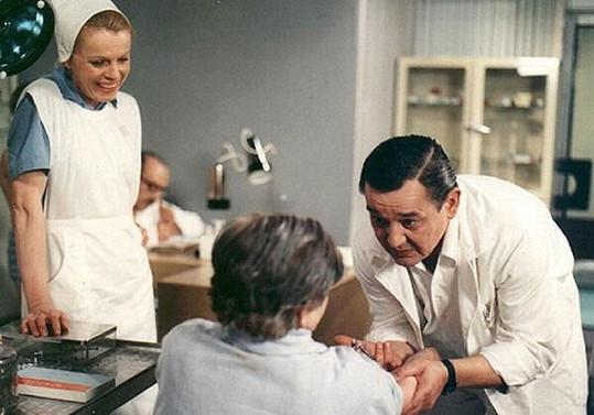 Josef Vinklář jako doktor Cvach v seriálu Nemocnice na kraji města.