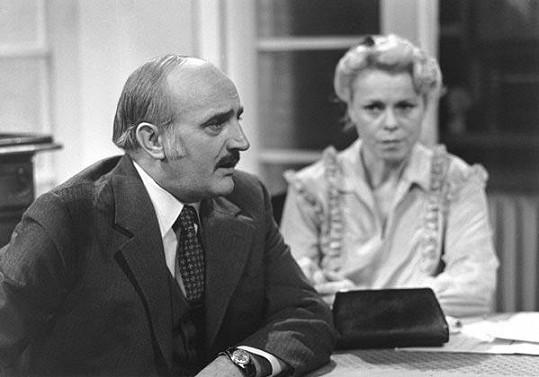 Josef Somr s Ivou Janžurovou v televizní komedii Začalo to karafiátem.