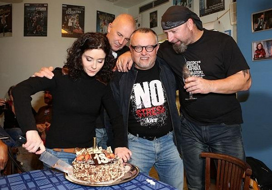 S Jiřím Zonygou a Petrem Pečeným krájeli dort ke 13. narozeninám Divadla Kalich.