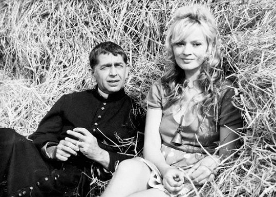 Jana s Vlastmilem Brodským ve filmu Farářův konec (1968). V době natáčení byla těhotná.