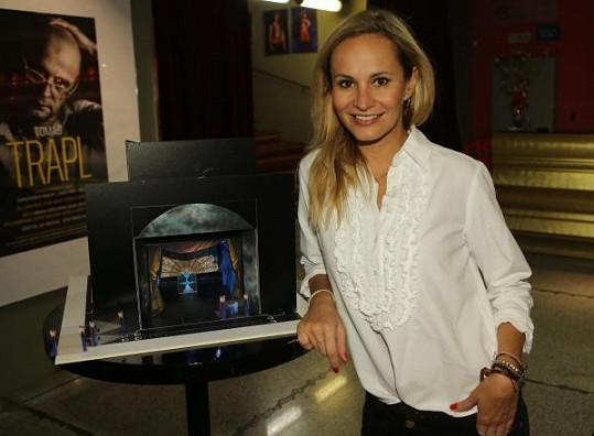 Monika Absolonová na první čtené zkoušce s maketou scény
