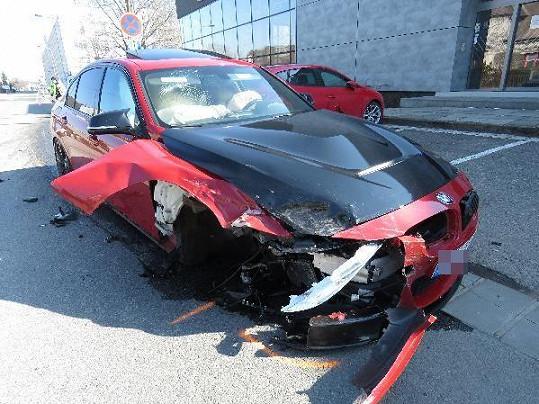 Auto kapely Poetika srazil mladý řidič BMW.
