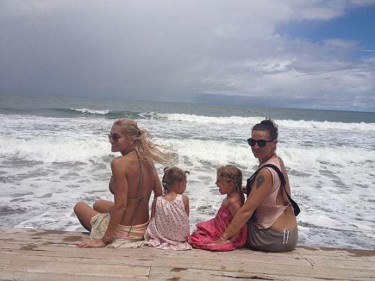 Dara s dcerou Laurou, manažerkou Evou a její dcerou Charlottkou na Bali.