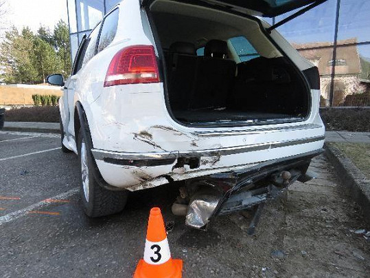 Bílý vůz muzikantů v době nehody stál na parkovišti.
