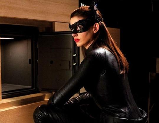 Anne Hathawayová v roli Catwoman.
