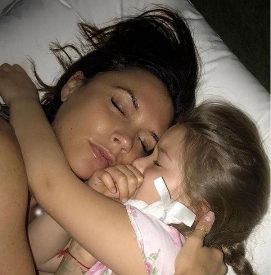 Victoria uveřejnila prostřednictvím sociálních sítí tuto fotografii s dcerkou Harper.