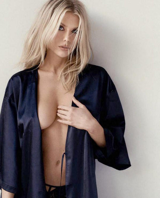 Charlotte McKinney v jedné ze svých sexy kampaní