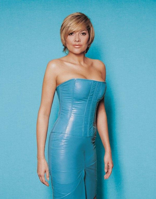 Nejradikálnější proměnou prošla Ilona v roce 2000. Odbarvila se z černé na blond, vylepšila poprsí a začala nosit kožené modely.