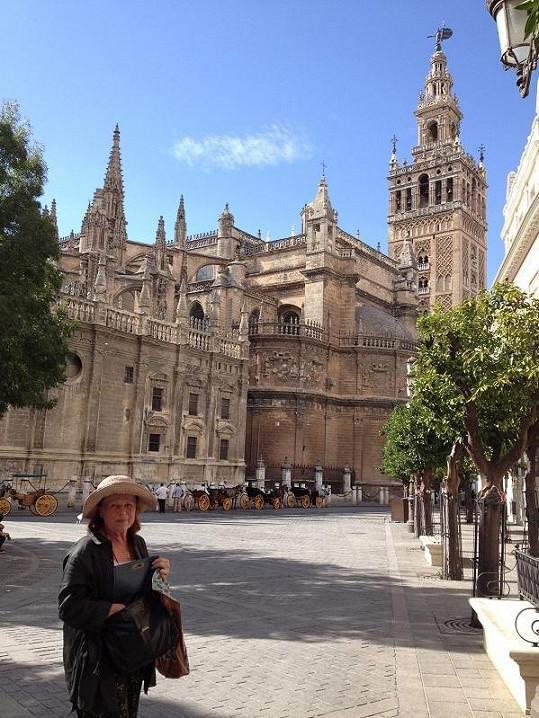 Iva Janžurová před katedrálou v Seville.