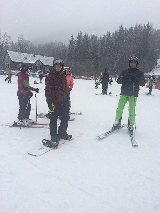 V Harachově lyžoval se synem, dcerou a jejími kamarádkami.