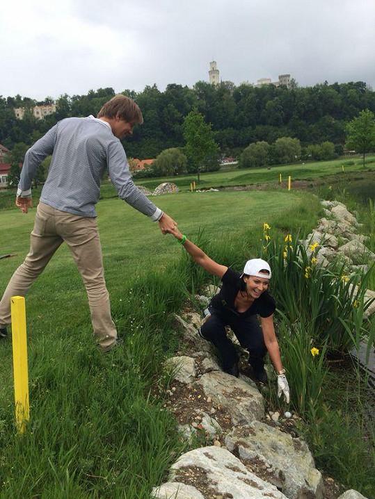 Ředitel golfového resortu se moderátorce věnoval pozorně...