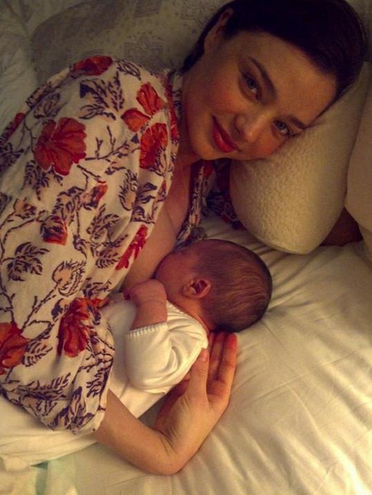 První kojící snímek zveřejnila Kerr na blogu své kosmetické značky.