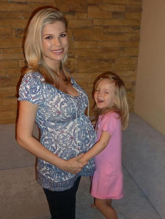 Romana Jákl Vítová se v sedmém měsíci těhotenství vyfotografovala s dcerou Sofinkou.