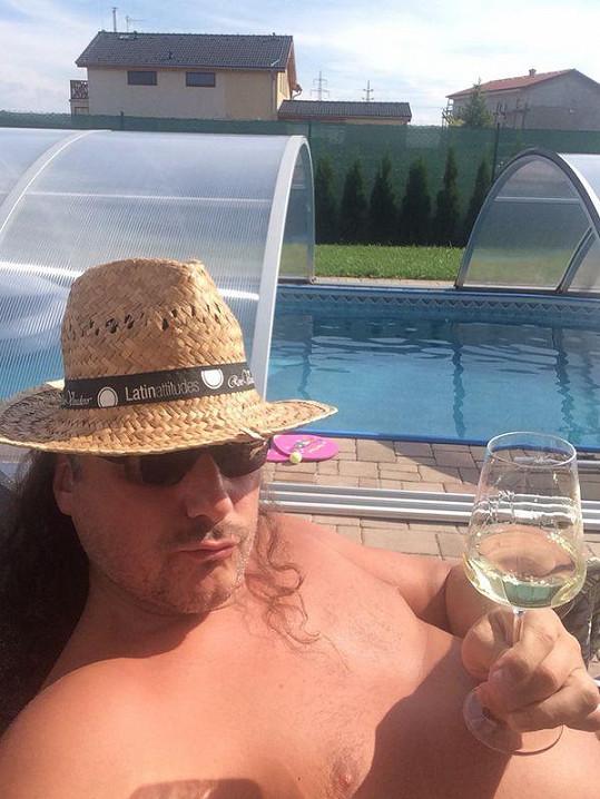 Marian Vojtko si užívá slunečních dnů u sebe doma v Uhříněvsi u bazénu.
