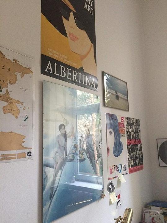 V pracovně vystavili plakáty z výstav, které navštívili.