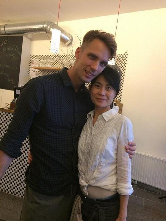 Františka Janečka známe, tohle je jeho druhá šéfová Yu Dong.