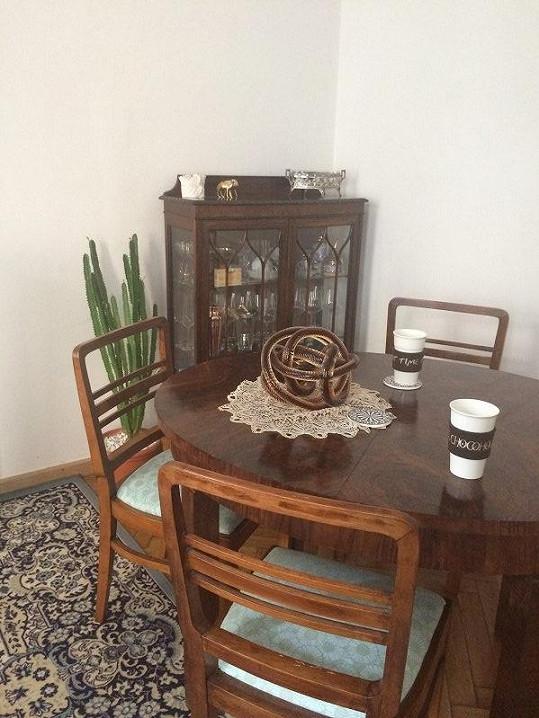 S partnerem mají rádi starý nábytek. Stolu vévodí svatební dar, sklenění hadi.